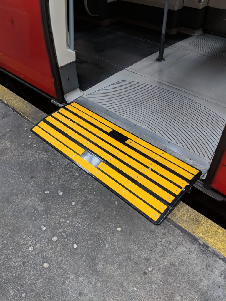 Access ramp to bridge the gap between a train and the platform to allow wheeled objects to embark easily